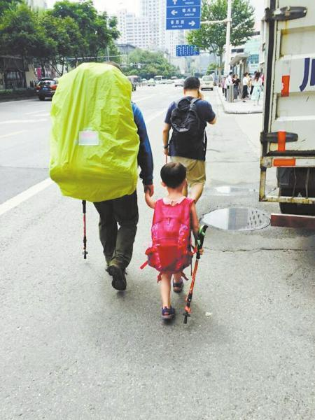 4岁背包客将带伤疤徒步挑战川藏线 爸妈回应质疑