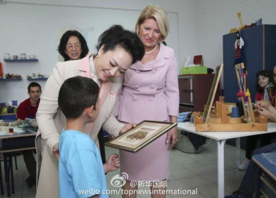 彭丽媛同塞尔维亚特殊教育学校学生互赠礼物