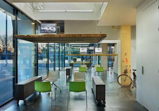 荷兰一公司为避免员工加班 办公桌下班后就升空
