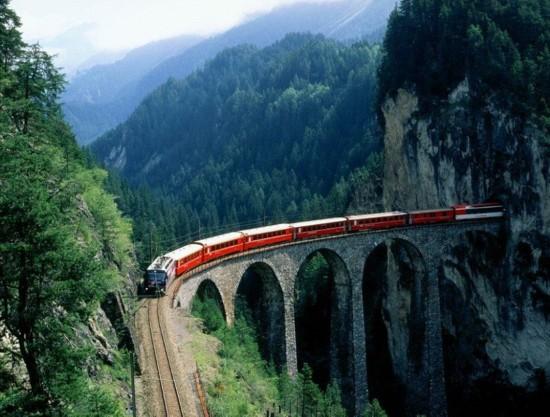 日本首辆玻璃火车亮相_窗外风景美呆