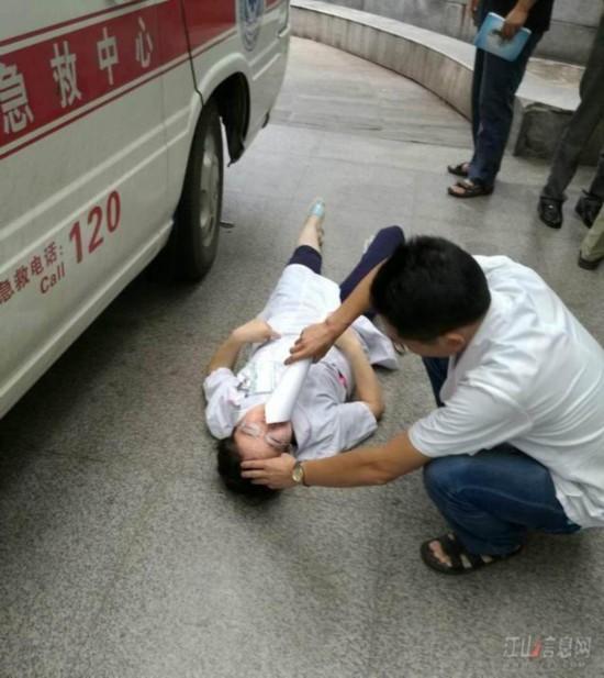 一夜接生3个孩子 女医生累倒在救护车旁