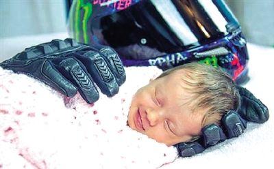 一张图看哭很多人:女婴在离世父亲手套中露甜笑