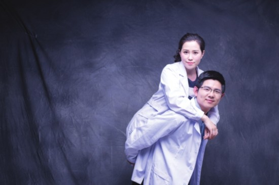 爱情公���-yolybi��i_苏州两医生创意诠释别样爱情 披白大褂拍婚照
