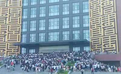 洛阳理工学院大学生室外裸睡避暑 郑州航院学生蹭空调挤爆图书馆