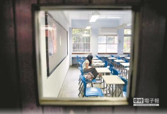 台湾大学指考今年报名人数共5万871人,创历史新低,外界忧心可能会有大学校院挡不住冲击而关门。