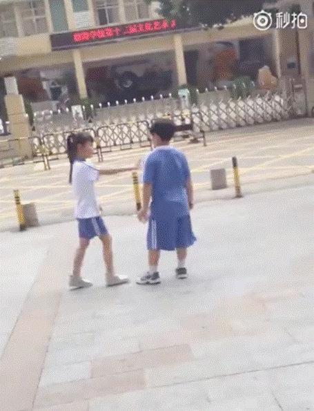 俩小学生当街闹分手:你的辣条是我买的