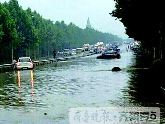 山东雷雨大风逼停21趟列车!济南东汽车在积水趴窝