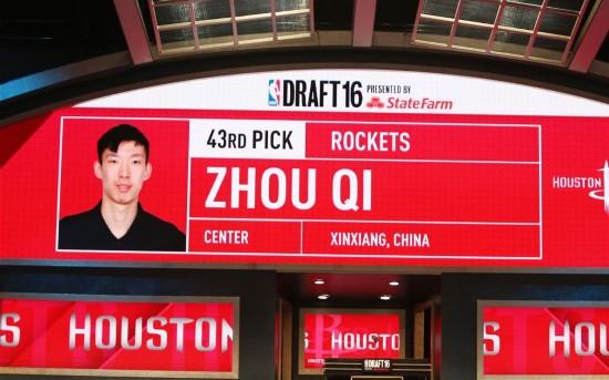 组图:NBA选秀大会-周琦被休斯敦火箭队选中