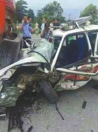 驾考车为避让三轮车 逆行撞上大货车致1死4伤