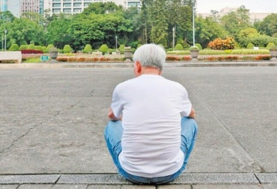 台官方分析报税数字:不婚、不生、老化人口激增。(图片来源:台湾《联合报》)
