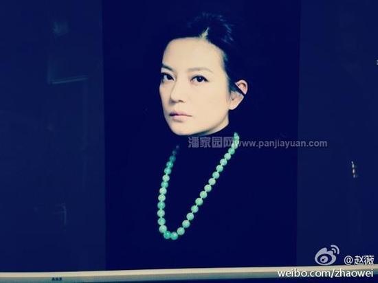 黑色的高领毛衣,搭配一条翡翠项链,彰显贵族气质。