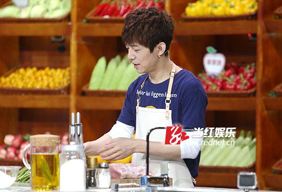 何炅首次荧屏秀厨艺。