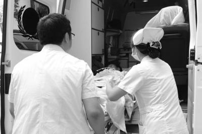 医护人员将伤者送上救护车。新华社发