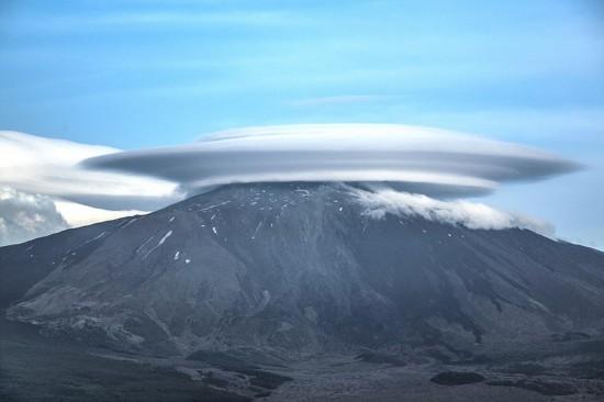 """意大利埃特纳火山顶惊现怪异""""飞碟云"""""""