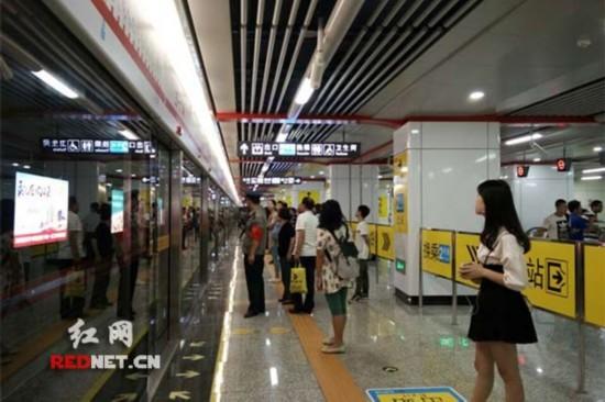 五一广场站住尚双塘站等待换乘的乘客。