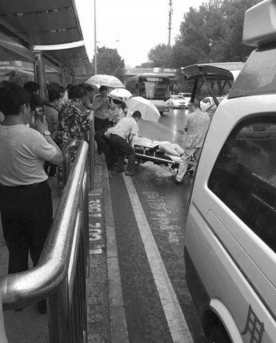 三男子公交站被刺行凶者在逃 事发北京海淀区