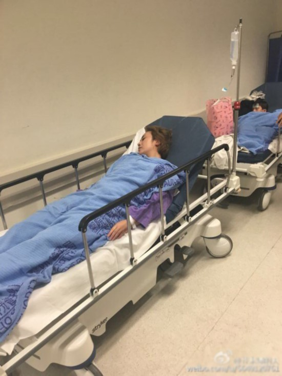 马丽躺在医院走廊