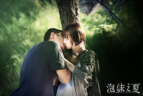 昔日校花黄灿灿首演吻戏超紧张 曝《泡沫之夏》剧照/图