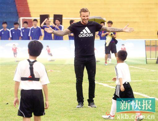 小贝空降广州一中学为校园足球加把劲