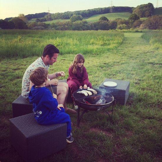 英国一家庭住乡村帐篷房尽享田园生活(组图)