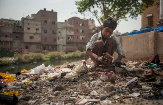 印民众通过提取电子废料有用物营生