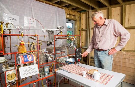 英老人耗时1000小时自制全自动早餐神器