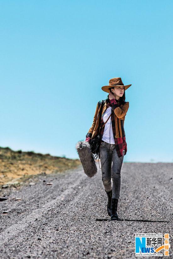 谭维维牛仔装上阵 沙漠拍写真致敬自然(图)