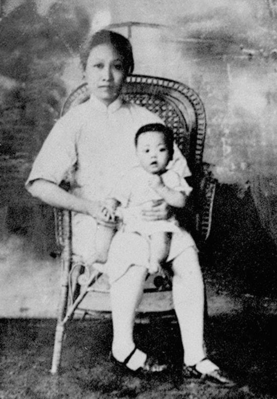 图为赵一曼和儿子。这张照片是1928年赵一曼从苏联回国后在上海拍摄的。