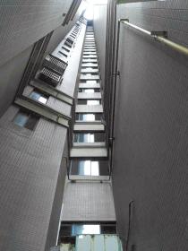 3岁男童从11楼电梯间窗台坠落 落在2楼奇迹生还