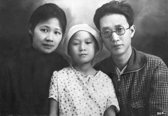 图为瞿秋白从德国返回莫斯科时与夫人杨之华及女儿瞿独伊合影。