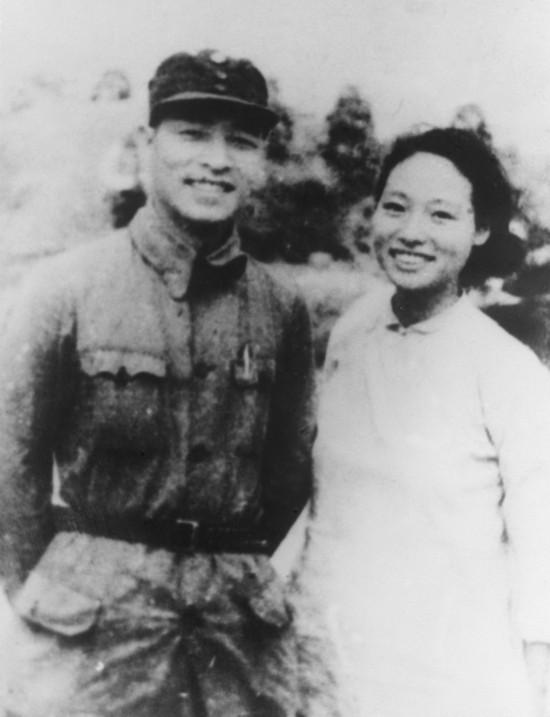 图为1941年9月24日,彭雪枫与林颖在淮北结为伉俪。