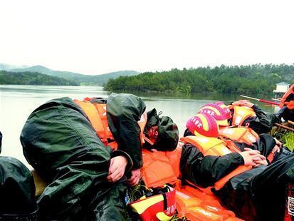 武警战士救灾36小时后席地而睡 村民冒雨送热馒头