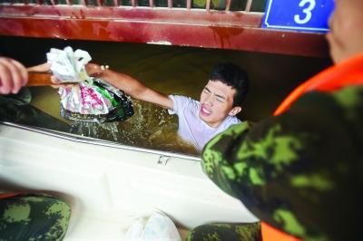 直击湖北受困群众转移:村民爬树坚持2小时获救