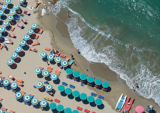 攝影師俯拍美麗海灘