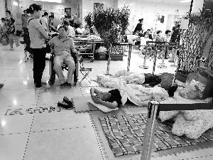 """急诊室""""床贩子""""生意火爆 价格比医院高数十倍"""