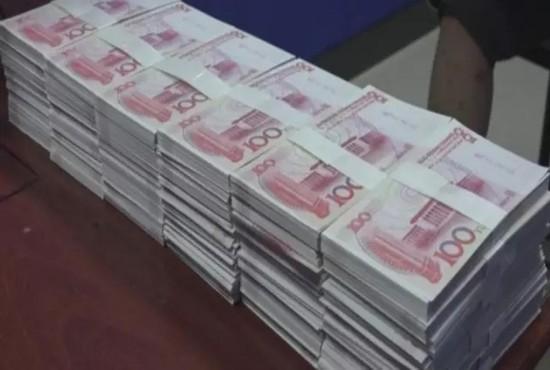 广东男子堆起大钞炫富 钞票上印有4字