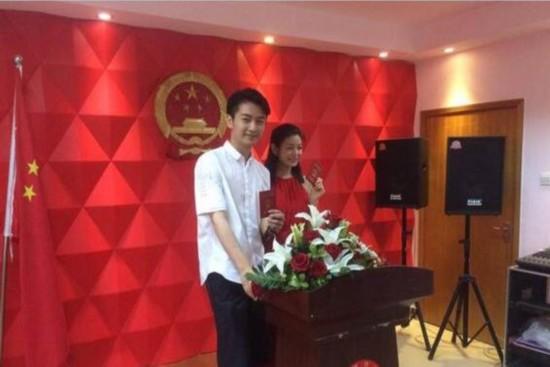 陈晓陈妍希领结婚证 陈妍希穿大红裙一脸喜气陈晓满脸幸福