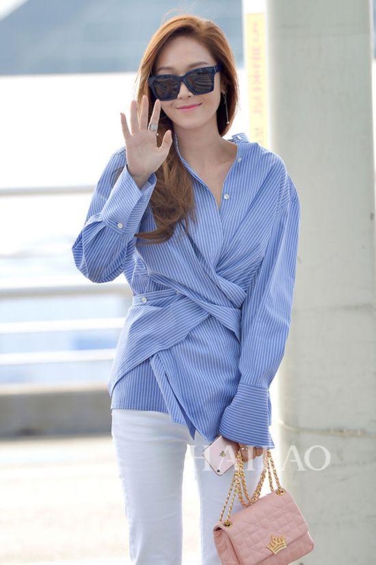 郑秀妍 (Jessica) 3月21日韩国仁川机场街拍:身着Nice Claup条纹衬衫,拎J.Estina粉色手袋