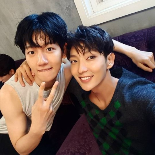 李准基EXO伯贤搭肩自拍 两人出演《步步惊心》韩国版