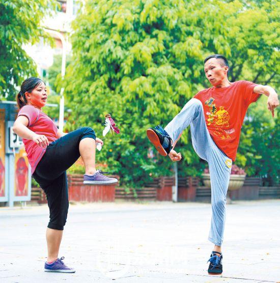 泉州刺桐公园:中年踢毽 青春再飞扬(图)