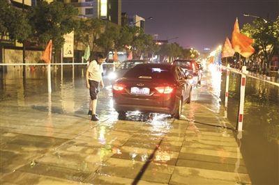 """宜兴市中心主要干道被淹 300工人水面再造一条""""路"""""""