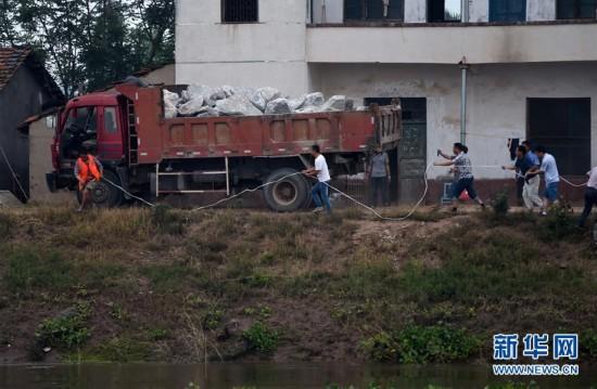 """湖南抢险出动卡车""""敢死队"""":车辆载满麻石冲向溃口(图)"""