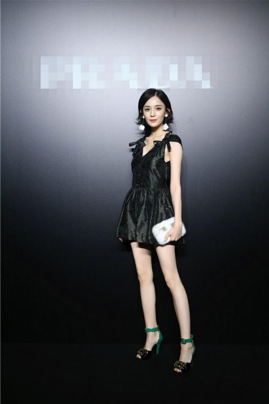 娜扎现身活动笑容甜美 时尚优雅秀长腿