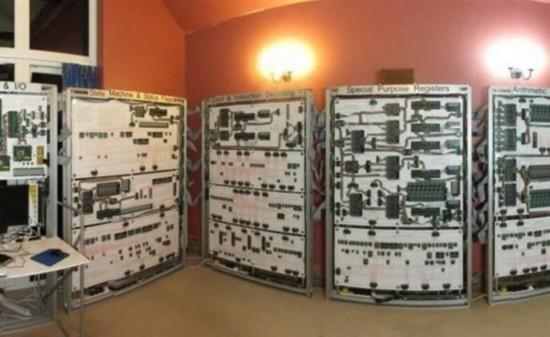 工程师组装巨型计算机 只能玩俄罗斯方块