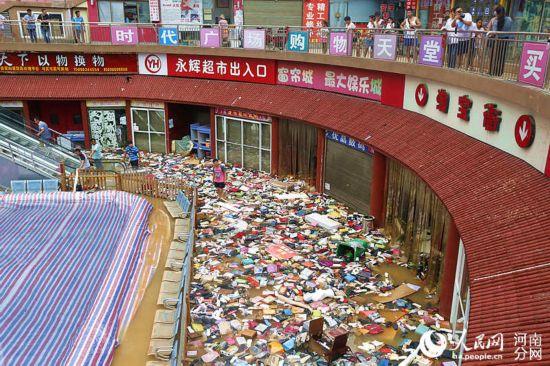 河南一商场被暴雨漫灌 商品漂浮水面