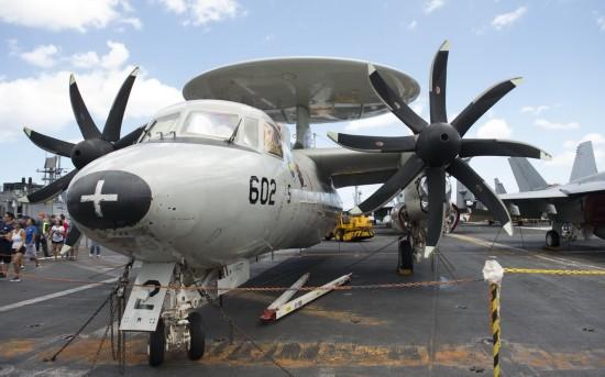 """7月9日,在美国夏威夷,观众参观美国海军""""约翰·斯滕尼斯""""号航空母舰。"""