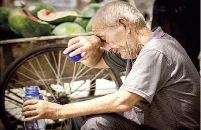 78岁老校长街头卖瓜救孙女 已募集20多万元(图)