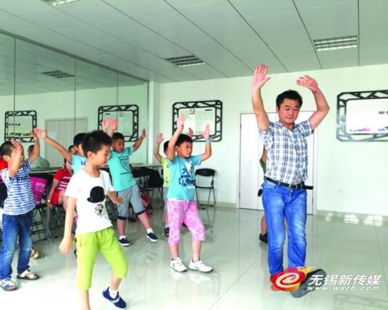 华国贤在教男孩子基训,报名学习锡剧的男学员10个都不到。  陈菁菁/摄