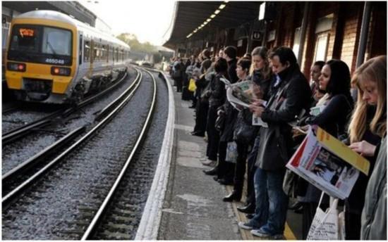 """英国列车""""人手少""""接连晚点 数百乘客挤不上车抱怨"""