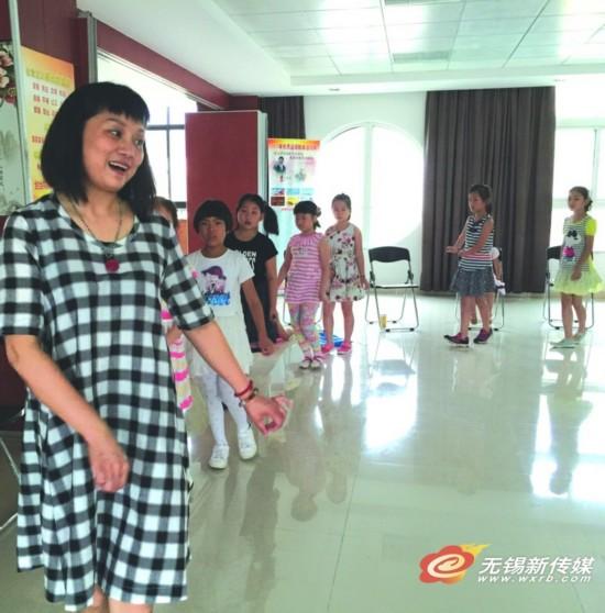 陈静在教女孩子形体,报名学习锡剧的女学员有30名。